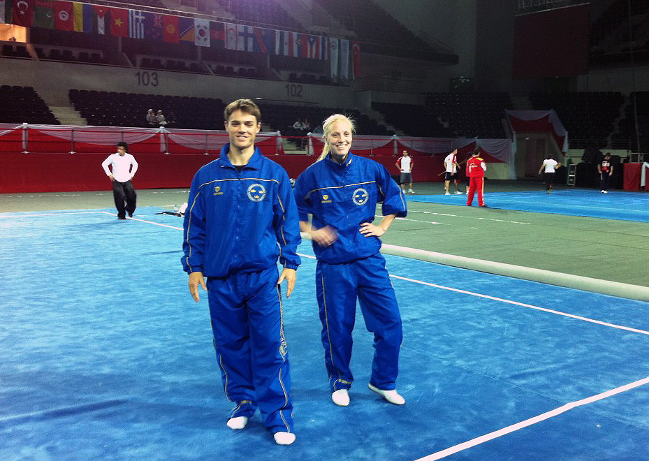 Magnus Garneij och Anette Bergström i taolu-laget känner på mattan