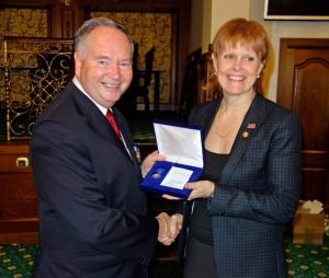 Yvonne Linn mottar en heders utmärkelse från EWuF. Överlämnas av EWuF's ordförande, Raymond Smith.